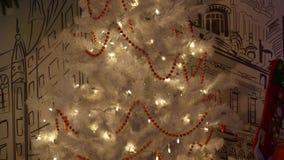 Albero e regali bianchi di Natale Fine in su archivi video
