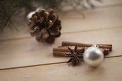 Albero e regali di abete di Natale su fondo di legno Fotografie Stock Libere da Diritti