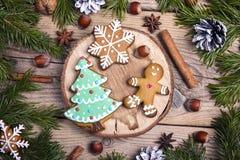 Albero ed uomo di abete casalinghi dei biscotti del pan di zenzero di Natale su woode Fotografie Stock Libere da Diritti
