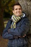 Albero facente una pausa felice del giovane in sosta Fotografie Stock Libere da Diritti