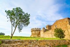Albero nel punto di riferimento, nei mura di cinta e nella torre medievali del villaggio di Populonia su fondo. La Toscana, Italia Fotografia Stock