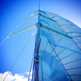 Albero, sartiame e vele dell'yacht su una barca a vela fotografia stock libera da diritti