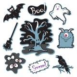Albero spettrale di Halloween con il fronte, il mostro sciocco, gli occhi nello scuro e più Fotografia Stock