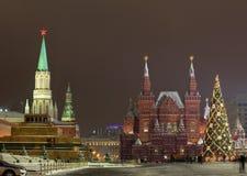 Albero sul quadrato rosso, Mosca di nuovo anno Immagine Stock Libera da Diritti