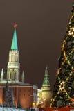 Albero sul quadrato rosso, Mosca di nuovo anno Fotografia Stock Libera da Diritti