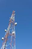 Albero TV della torre di telecomunicazione ed antenna radiofonica immagini stock
