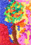 Albero variopinto con la carta di crêpe fatta da un bambino Immagine Stock