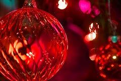 Albero variopinto del primo piano di illuminazione di notte della decorazione della palla della stella di Natale fotografia stock libera da diritti