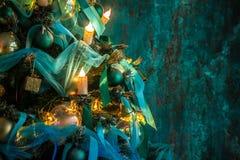 Albero verde del nuovo anno decorato fotografia stock libera da diritti
