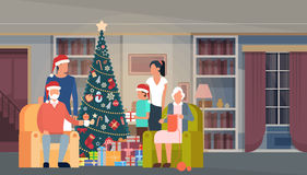 Albero verde di grande Natale della famiglia con l'insegna del buon anno della decorazione interna della Camera del contenitore d Fotografie Stock