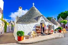 Alberobello, Πούλια, Ιταλία: Χαρακτηριστικά σπίτια που χτίζονται με την ξηρά πέτρα Στοκ Φωτογραφία