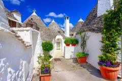 Alberobello, Πούλια, Ιταλία: Χαρακτηριστικά σπίτια που χτίζονται με την ξηρά πέτρα Στοκ εικόνες με δικαίωμα ελεύθερης χρήσης