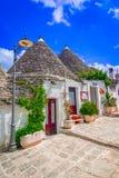Alberobello, Πούλια, Ιταλία: Χαρακτηριστικά σπίτια που χτίζονται με την ξηρά πέτρα Στοκ Εικόνες