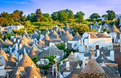 Alberobello, Апулия, Италия: Городской пейзаж над традиционными крышами стоковое фото rf