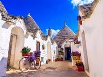 Alberobello, Апулия, Италия: Типичные дома построенные с сухими каменными стенами и коническими крышами стоковое фото rf