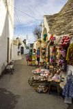 Alberobello, Apulia: типичный магазин в улицах старого района trulli Стоковые Изображения RF