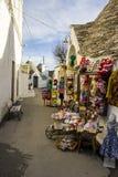 Alberobello Apulia: typisk shoppa i gatorna av det forntida området av trullien Royaltyfria Bilder