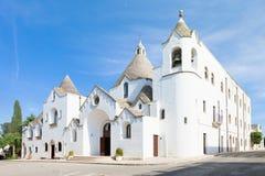 Alberobello, Apulien - Besichtigen der berühmten traditionellen Kirche von lizenzfreie stockfotos