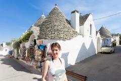 Alberobello, Apulien - ein Tourist, der die alte Stadt von Alberob besichtigt lizenzfreie stockbilder