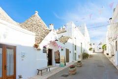 Alberobello, Apulien - gehend herauf die historischen Straßen von Trull stockbild