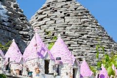 Alberobello, Apulien - Miniaturen von Trulli mit rosa Dachspitzen lizenzfreie stockbilder