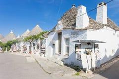 Alberobello, Apulien - weiße Wände und runde Dachspitzen in Alberob lizenzfreie stockfotos