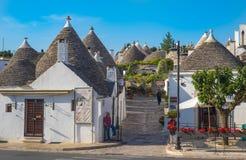 ALBEROBELLO, ITALIA - junio, 13, 2015: Casas tradicionales del trulli Imagenes de archivo