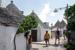 Alberobello Italien - 07 17 2017: Trullas - traditionella stenhus med ett koniskt tak, inkluderade i UNESCOvärldsarvet arkivbild