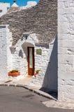 alberobello italy Den pittoreska byn av trullien Stenhus som byggs i den typiska runda formen med kottetak royaltyfri fotografi