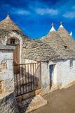 Alberobello med Trulli hus - Apulia, Italien royaltyfri bild