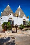 Alberobello med Trulli hus - Apulia, Italien royaltyfri fotografi
