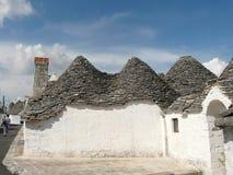 Alberobellos trulli und blauer Himmel Lizenzfreie Stockbilder
