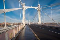 Albert Bridge, London, an einem sonnigen Tag Lizenzfreie Stockfotos