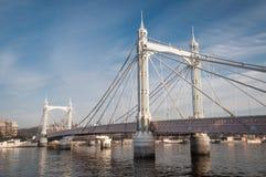 Albert Bridge, London, an einem sonnigen Tag Lizenzfreie Stockfotografie