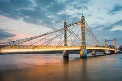 Albert Bridge och härlig solnedgång över Themsen, London England UK royaltyfri fotografi