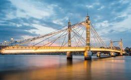 Albert Bridge och härlig solnedgång över Themsen, London England UK royaltyfria foton