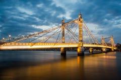 Albert Bridge och härlig solnedgång över Themsen, London England UK royaltyfri bild