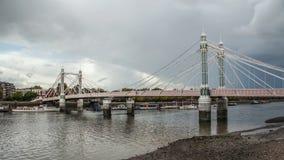 Albert Bridge over rivier Theems in Londen op grijze donkere dag royalty-vrije stock fotografie
