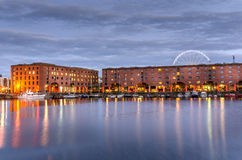 Albert Dock i Liverpool på skymning arkivfoto