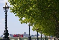 Albert Embankment die tot de Brug van Westminster in Londen leiden Stock Foto's