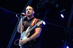 Albert Hammond, JR (músico y guitarrista de la banda de rock del indie los movimientos) se realiza en el festival de la BOLA foto de archivo