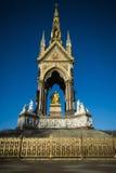 Albert Memorial London i starkt solsken mot klar blå himmel Arkivfoton