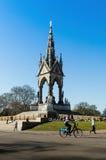 Albert Memorial med turister och cyklisten framme royaltyfri fotografi
