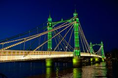 Albert Przerzuca most, Thames, UK przy noc Londyński Anglia Fotografia Stock