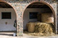 alberta тюкует временя прерии ландшафта сена полей сельское Стоковое Изображение RF