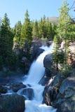 Alberta cae en montañas rocosas imagenes de archivo