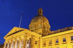 Alberta Legislative Building på natten Royaltyfri Fotografi