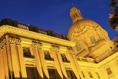 Alberta Legislative Building på natten Arkivbild