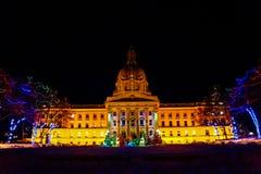 Alberta Legislature Grounds, encendida para arriba en la noche imagenes de archivo
