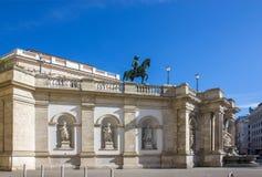 Albertina Museum en standbeeld van de Hapsburg-keizer Joseph 2 in Wenen stock fotografie